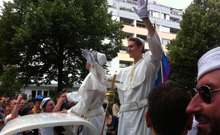 Påven var ett återkommande tema i paraden. Foto: Berlinow.com